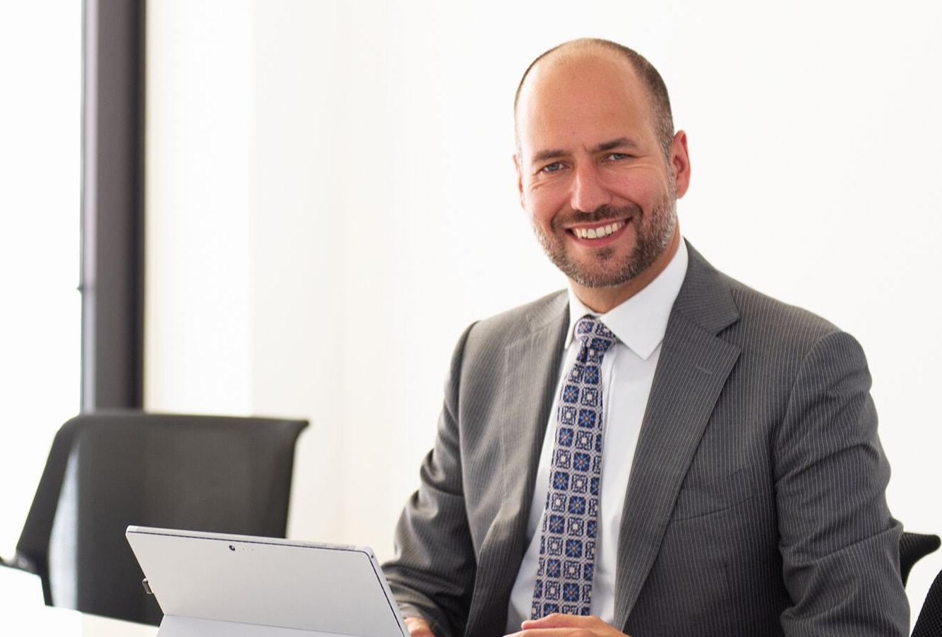 Geschwindigkeit im Recruiting ist Gold wert sagt Thomas Hartenfels im Talente Magazin und Podcast