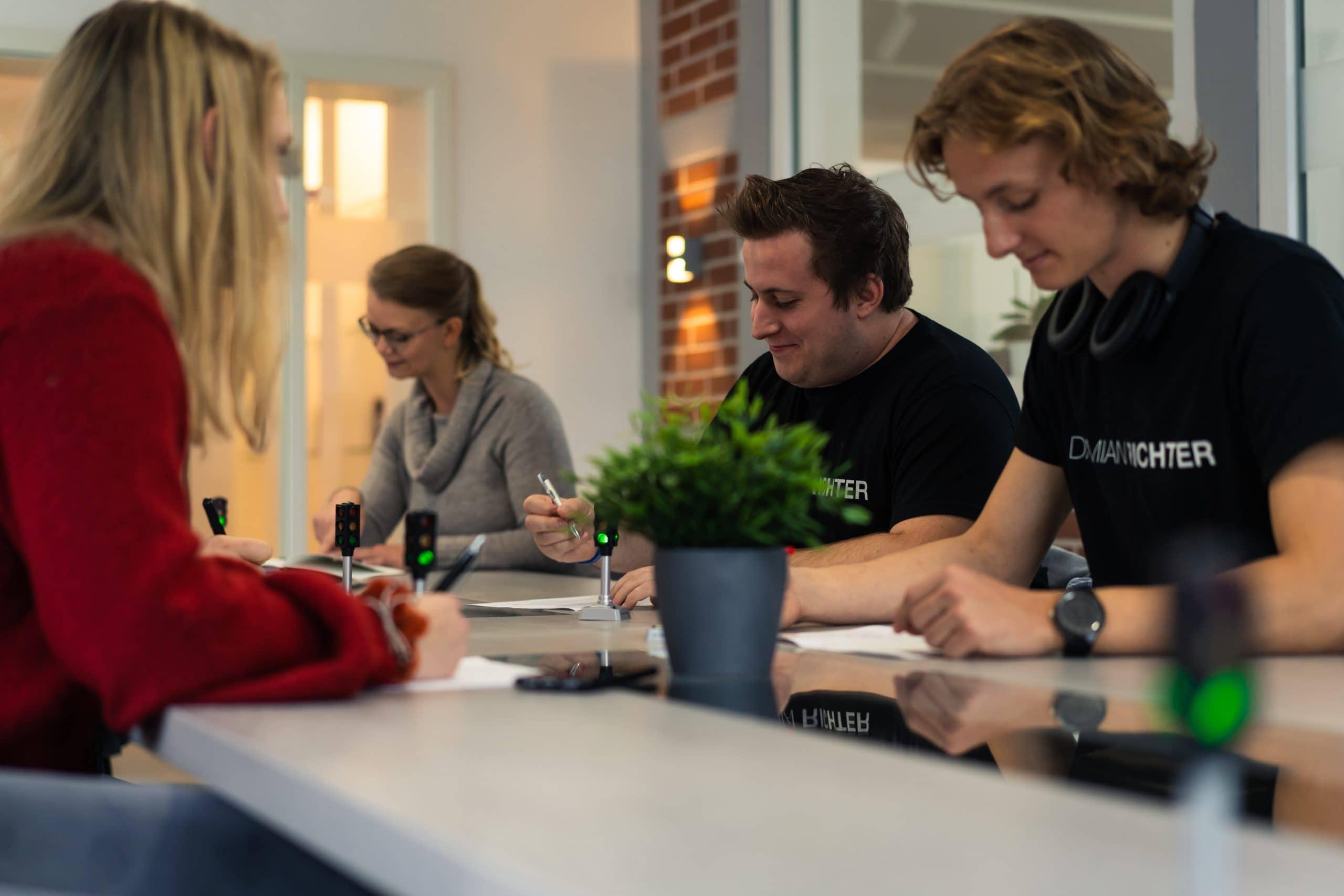 Zufriedene Mitarbeiter sind produktiver: Mitarbeiter glücklicher machen dank Gefühlsampel von Damian Richter